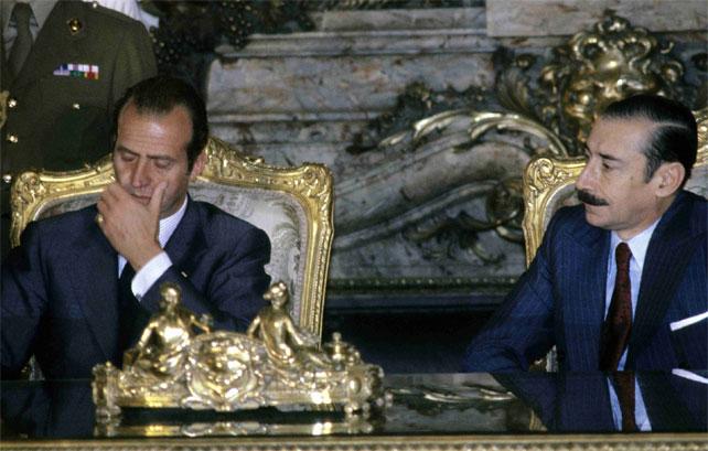 Videla firmando acuerdos de colaboración con el Rey Juan Carlos | GETTY | Público