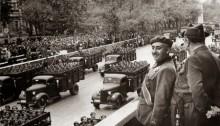 El dictador Francisco Franco contempla un desfile de tropas del régimen | Contrainjerencia