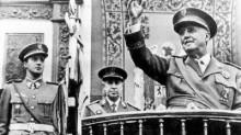 1975: Franco saluda en presencia del entonces príncipe Juan Carlos, a quien el dictador designó como rey.