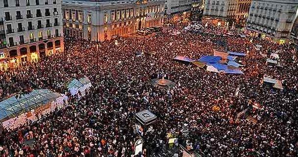 España. La Puerta del Sol de Madrid abarrotada de manifestantes durante las protestas del 15M en 2011 | Efe