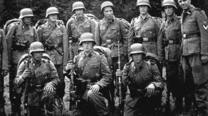 Erhard Mossack. Es el primero por la derecha. En noviembre de 1942, fue adscrito a uno de los escuadrones de las temibles Totenkopf (cabeza de muerto), cuya insignia era una calavera. Estas unidades eran responsables, entre otros, de la custodia y gestión de los campos de concentración y exterminio.