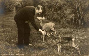 Hitler alimentaba ciervos mientras asesinaba a seres humanos.