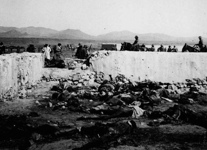 Cadáveres de soldados españoles encontrados en Annual, meses después del desastre, tras volver a recuperar las posiciones el ejército español | Wikipedia