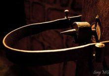 El mecanismo del «garrote vil», en su forma más evolucionada, consistía en un collar de hierro atravesado por un tornillo acabado en una bola que, al girarlo, causaba a la víctima la rotura del cuello
