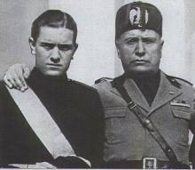 Benito Mussolini y su hijo Bruno