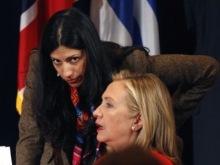 La investigación del FBI sobre los emails privados de Hillary Clinton ya noestá relacionada con una negligencia enmateria de normas de seguridad sino con un complot tendiente a sustraer a los servidores delgobierno federal todorastro de sucorrespondencia. Esto parece incluir intercambios de mensajes sobre financiamiento ilegal o la corrupción de terceros vinculados a las relaciones del matrimonio Clinton con la Hermandad Musulmana y los yihadistas.