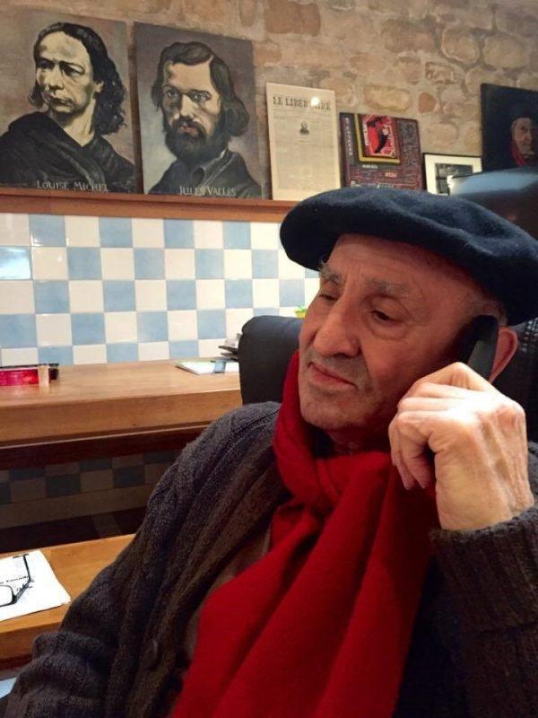 Lucio Urtubia, fotografiado en París mientras conversaba telefónicamente con RT | Cortesía de Iñaki Juárez