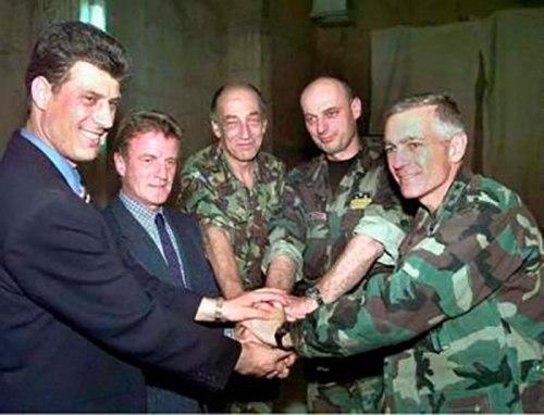 El criminal Thaçi, con el delegado de la ONU y el 'capo' de la OTAN