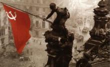 La bandera soviética ondea sobre el edificio del Reichstag después de la ocupación de Berlín por el Ejército Rojo