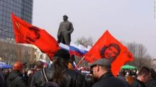 Revolucionario internacional: La bandera del Che Guevara ondea frente a Lenin en Donetsk.