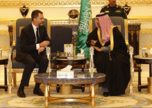 Felipe VI conversa con el gobernador de la provincia de Riad, Su Alteza Real el Príncipe Turki Bin Abdullah Bin Abdulaziz Al-Saud, en un viaje empresarial