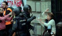 Policía española cargando salvajemente contra ciudadanos catalanes que votaban en el referéndum del 1 de Octubre