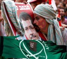 Un egipcio besa el retrato de Morsi