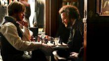 """Marx y Engels juegan al ajedrez en una imagen de la película """"El joven Marx"""""""