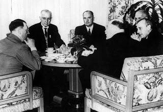 Hitler, de espaldas, sentado junto a Watson (a su izquierda), presidente de IBM | Fuente: Edwin Black