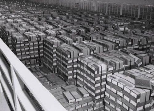 Almacén de IBM con cajas de tarjetas perforadas una vez terminada la Segunda Guerra Mundial | Wikimedia Commons