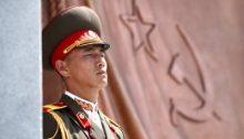 Un soldado norcoreano, de guardia en el monumento a los soldados soviéticos en Pyongyang