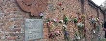 España. Según un informe casi 3.000 personas fueron fusiladas o agarrotadas en Madrid entre 1939 y 1945. Además de las Trece Rosas, otras sesenta y siete mujeres fueron asesinadas en las inmediaciones de la tapia del cementerio del Este de Madrid.