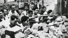 Voluntarios republicanos armados en una batalla callejera en Barcelona al principio de la Guerra Civil | Espasa