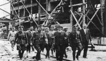 Himmler visita la fábrica de Auschwitz, que empleaba mano de obra esclava