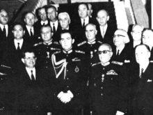 El rey Constantino II, (hermano de Sofía de España) y la junta militar griega durante el golpe de Estado de 1967 | Red Voltaire
